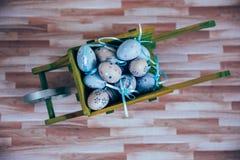 Διακόσμηση Πάσχας με τα χρώματα κρητιδογραφιών Στοκ Φωτογραφία