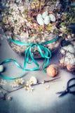 Διακόσμηση Πάσχας που κάνει με το άνθος κλάδων κερασιών, αυγά Στοκ Φωτογραφία