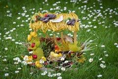 Διακόσμηση Πάσχας στη χλόη, ντεκόρ κήπων Στοκ φωτογραφίες με δικαίωμα ελεύθερης χρήσης
