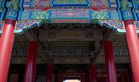 Διακόσμηση παραδοσιακού κινέζικου στο ανώτατο όριο ενός κτηρίου μέσα στην απαγορευμένη πόλη στο Πεκίνο, Κίνα Στοκ Εικόνες