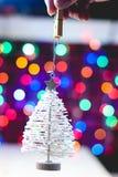 Διακόσμηση πεύκων Χριστουγέννων στο υπόβαθρο bokeh στοκ εικόνες