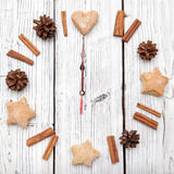 Διακόσμηση ρολογιών κώνων πεύκων Χριστουγέννων στο λευκό ξύλινο πίνακα Στοκ Φωτογραφίες
