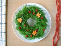 Διακόσμηση σαλάτας για το νέο έτος Η σαλάτα είναι διακοσμημένη με τον άνηθο υπό μορφή στεφανιού Στοκ Φωτογραφίες
