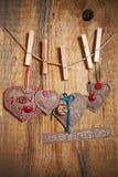 Διακόσμηση στην ξύλινη ανασκόπηση με τις καρδιές και τις λέξεις Val υφάσματος Στοκ Φωτογραφίες