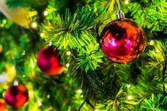 Διακόσμηση στη ημέρα των Χριστουγέννων με την κόκκινη σφαίρα Στοκ Εικόνες