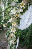 Διακόσμηση στοιχείων της γαμήλιας αψίδας κρίνων λουλουδιών Στοκ φωτογραφίες με δικαίωμα ελεύθερης χρήσης