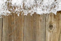 Διακόσμηση συνόρων Χριστουγέννων με το χιόνι στους αγροτικούς ξύλινους πίνακες Στοκ φωτογραφίες με δικαίωμα ελεύθερης χρήσης