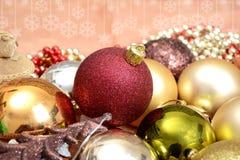 Διακόσμηση, σφαίρες και δέντρο διακοσμήσεων Χριστουγέννων στο πρότυπο εμβλημάτων Στοκ Φωτογραφία