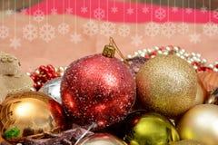 Διακόσμηση, σφαίρες και δέντρο διακοσμήσεων Χριστουγέννων στο πρότυπο εμβλημάτων Στοκ Εικόνες