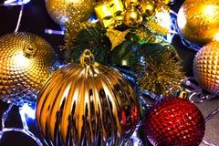 Διακόσμηση, σφαίρες, φω'τα στο νέο έτος, Χριστούγεννα στοκ εικόνα