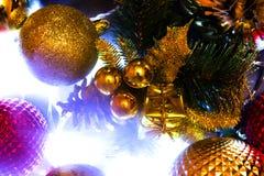 Διακόσμηση, σφαίρες, φω'τα στο νέο έτος, Χριστούγεννα Στοκ εικόνες με δικαίωμα ελεύθερης χρήσης