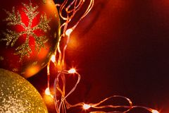 Διακόσμηση σφαιρών Χριστουγέννων με τα χρυσά φω'τα Στοκ φωτογραφία με δικαίωμα ελεύθερης χρήσης