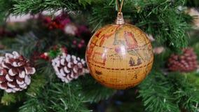 Διακόσμηση της γήινης σφαίρας σφαιρών χριστουγεννιάτικων δέντρων pan απόθεμα βίντεο
