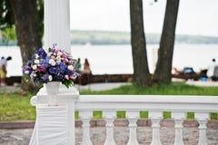 Διακόσμηση της γαμήλιας αψίδας με τα ιώδη και πορφυρά λουλούδια Στοκ φωτογραφία με δικαίωμα ελεύθερης χρήσης