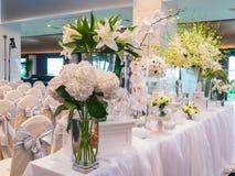 Διακόσμηση του άσπρου λουλουδιού για το γάμο στο ξενοδοχείο πολυτελείας Στοκ Εικόνα