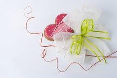 Διακόσμηση του καρδιά-διαμορφωμένου μπισκότου, του τόξου και των στροβίλων Στοκ εικόνα με δικαίωμα ελεύθερης χρήσης