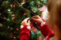 Διακόσμηση του χριστουγεννιάτικου δέντρου Στοκ Φωτογραφία