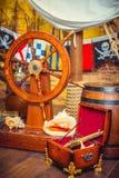 Διακόσμηση του δωματίου σε ένα ύφος πειρατών, με ένα τιμόνι Στοκ Φωτογραφίες
