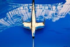 Διακόσμηση το 1950 ` s Ford Fairlane κουκουλών Στοκ Φωτογραφίες