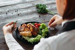 Διακόσμηση τροφίμων Ο προϊστάμενος προσθέτει τα καρυκεύματα και τα χορτάρια Στοκ εικόνα με δικαίωμα ελεύθερης χρήσης