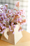 Διακόσμηση των μικροσκοπικών ιωδών λουλουδιών στο βάζο στοκ φωτογραφία