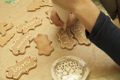 Διακόσμηση των μπισκότων με το σωλήνα τήξης Στοκ φωτογραφίες με δικαίωμα ελεύθερης χρήσης