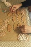 Διακόσμηση των μπισκότων με το σωλήνα τήξης Στοκ φωτογραφία με δικαίωμα ελεύθερης χρήσης