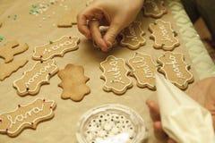 Διακόσμηση των μπισκότων με το σωλήνα τήξης Στοκ Εικόνα