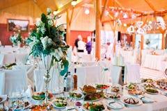 Διακόσμηση των λουλουδιών στον πίνακα στη δεξίωση γάμου, floral διακόσμηση Στοκ Εικόνες