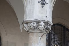 Διακόσμηση των στηλών Arcade της αίθουσας Sukiennice υφασμάτων στην Κρακοβία Πολωνία Ευρώπη Στοκ Φωτογραφία