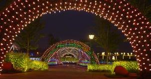 Διακόσμηση φεστιβάλ οδών με τα φω'τα των ζωηρόχρωμων οδηγήσεων Χριστουγέννων για τις νέες διακοπές έτους φιλμ μικρού μήκους