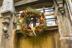 Διακόσμηση φθινοπώρου ή χειμώνα στεφανιών στην πόρτα Στοκ Εικόνα
