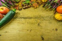 Διακόσμηση φθινοπώρου σε έναν αγροτικό ξύλινο πίνακα Στοκ Εικόνες
