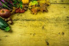 Διακόσμηση φθινοπώρου σε έναν αγροτικό ξύλινο πίνακα Στοκ εικόνες με δικαίωμα ελεύθερης χρήσης