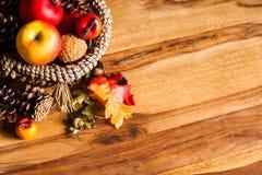 Διακόσμηση φθινοπώρου στο σκοτεινό ξύλο Στοκ Φωτογραφίες