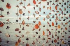 Διακόσμηση φιαγμένη από πολλά ζωηρόχρωμα κρεμώντας κοχύλια Στοκ φωτογραφίες με δικαίωμα ελεύθερης χρήσης
