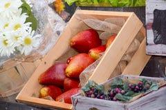 Διακόσμηση φιαγμένη από τεχνητά φρούτα και λουλούδια Στοκ εικόνες με δικαίωμα ελεύθερης χρήσης