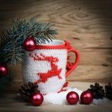 Διακόσμηση φλυτζανιών Χριστουγέννων και διακόσμηση Χριστουγέννων στο ξύλινο backg Στοκ φωτογραφία με δικαίωμα ελεύθερης χρήσης