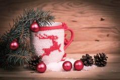 Διακόσμηση φλυτζανιών Χριστουγέννων και διακόσμηση Χριστουγέννων στο ξύλινο backg Στοκ φωτογραφίες με δικαίωμα ελεύθερης χρήσης