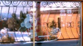Διακόσμηση Χριστουγέννων, διάφορα παιχνίδια, ειδώλια, κεριά για να δημιουργήσει μια εορταστική ατμόσφαιρα Χριστουγέννων στο σπίτι φιλμ μικρού μήκους