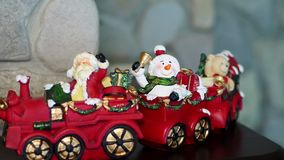 Διακόσμηση Χριστουγέννων, διάφορα παιχνίδια, ειδώλια, κεριά για να δημιουργήσει μια εορταστική ατμόσφαιρα Χριστουγέννων στο σπίτι απόθεμα βίντεο