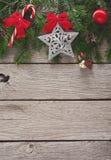Διακόσμηση Χριστουγέννων, διακοσμήσεις και υπόβαθρο πλαισίων γιρλαντών Στοκ φωτογραφία με δικαίωμα ελεύθερης χρήσης