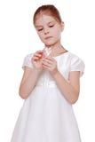 Διακόσμηση Χριστουγέννων εκμετάλλευσης μικρών κοριτσιών Στοκ Εικόνα