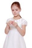 Διακόσμηση Χριστουγέννων εκμετάλλευσης μικρών κοριτσιών Στοκ Φωτογραφία