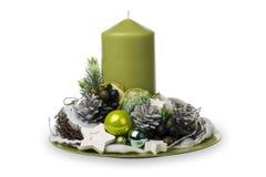 Διακόσμηση Χριστουγέννων - η σύνθεση Χριστουγέννων έκανε από τους κώνους, τα κεριά και τα διακοσμητικά εξαρτήματα Χριστουγέννων Στοκ Εικόνες