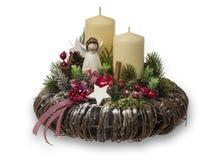 Διακόσμηση Χριστουγέννων - η σύνθεση Χριστουγέννων έκανε από το στεφάνι, τα κεριά και τα διακοσμητικά εξαρτήματα Χριστουγέννων Στοκ Φωτογραφία