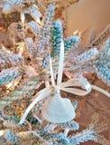 Διακόσμηση Χριστουγέννων θαλασσινών κοχυλιών με τη γιρλάντα σχοινιών στοκ φωτογραφίες