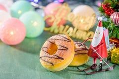 Διακόσμηση Χριστουγέννων, κάνοντας πατινάζ Άγιος Βασίλης με τα donuts και τα καλολογικά στοιχεία Χριστουγέννων Στοκ φωτογραφία με δικαίωμα ελεύθερης χρήσης