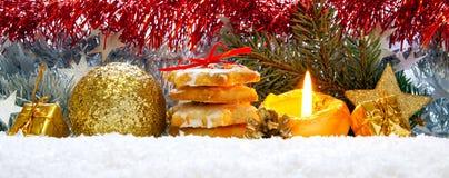 Διακόσμηση Χριστουγέννων και κερί εμφάνισης στοκ εικόνα με δικαίωμα ελεύθερης χρήσης