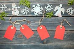 Διακόσμηση Χριστουγέννων και κόκκινες ετικέττες δώρων Στοκ εικόνες με δικαίωμα ελεύθερης χρήσης